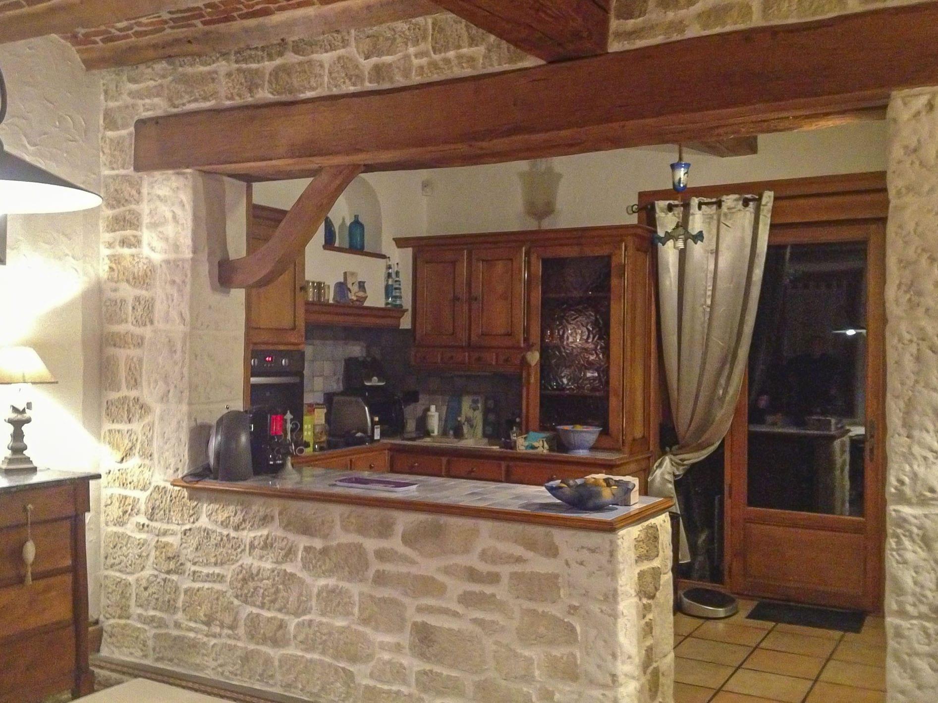 Mur En Pierre Naturelle intérieur chaleureux, cuisine avec le cachet unique de la